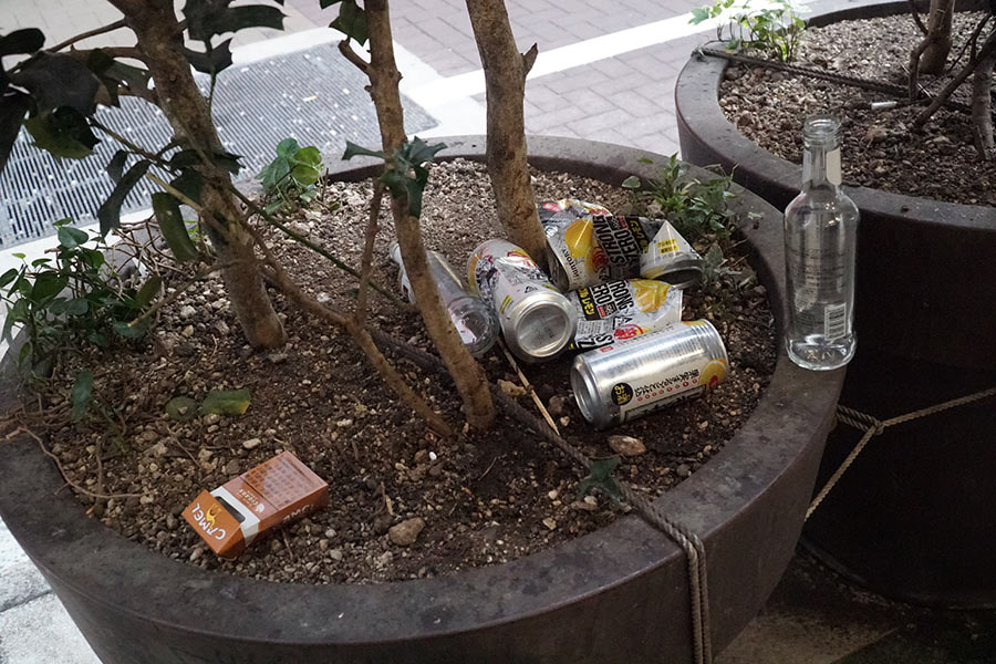 植え込みに放置された空き缶【写真:ENCOUNT編集部】