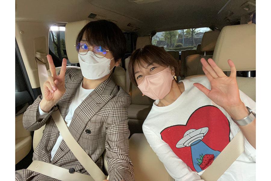 山崎育三郎の運転でドライブする山口智子