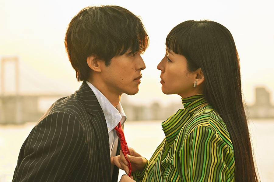 松坂桃李(左)と麻生久美子のキスシーン【写真:(C)テレビ朝日】