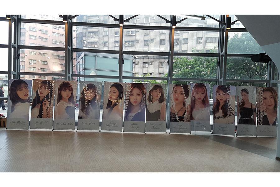 台北公演の会場内では「IZ*ONE」メンバー全員の大型写真が掲出され、ファンがしきりに写真を撮っていた【写真:ENCOUNT編集部】