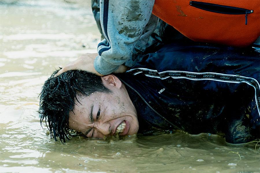 映画「護られなかった者たちへ」佐藤健の迫真のシーン【写真:(C)2021映画『護られなかった者たちへ』製作委員会】
