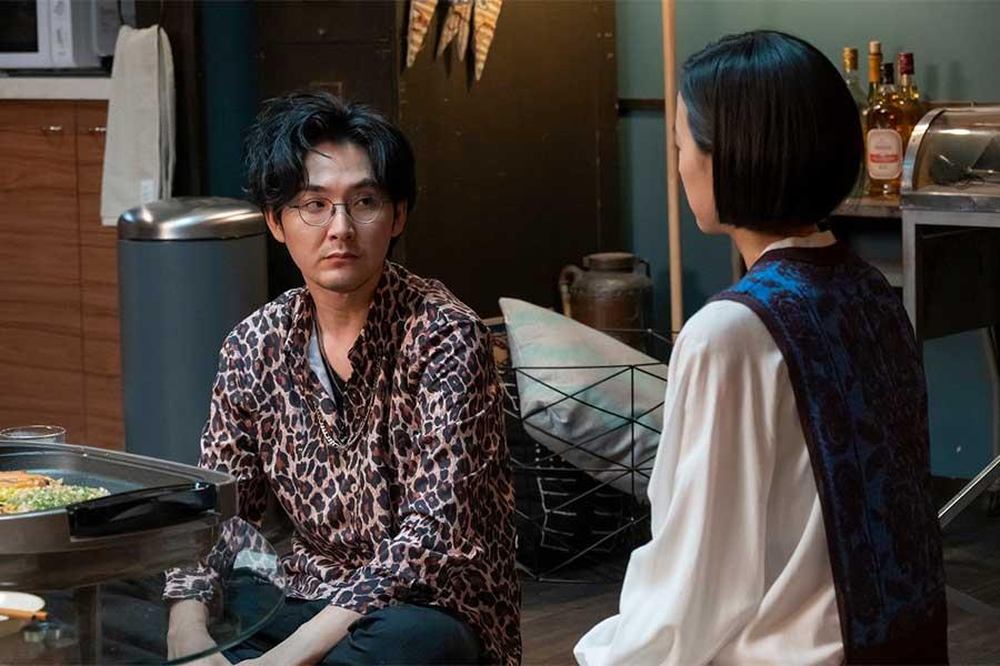 1番目の夫・田中八作を演じる松田龍平【写真:(C)カンテレ】