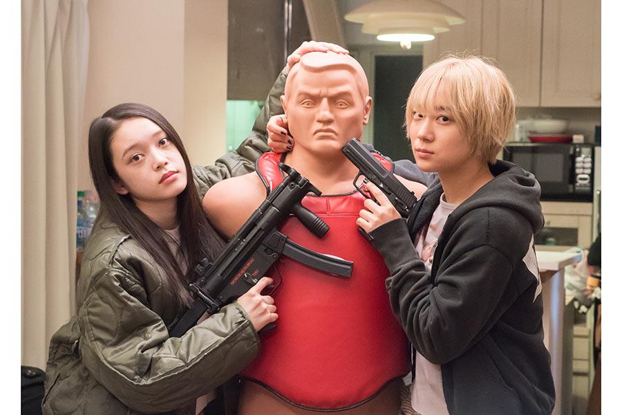 高石あかり(左)と伊澤彩織【写真:(C)2021「ベイビーわるきゅーれ」製作委員会 】