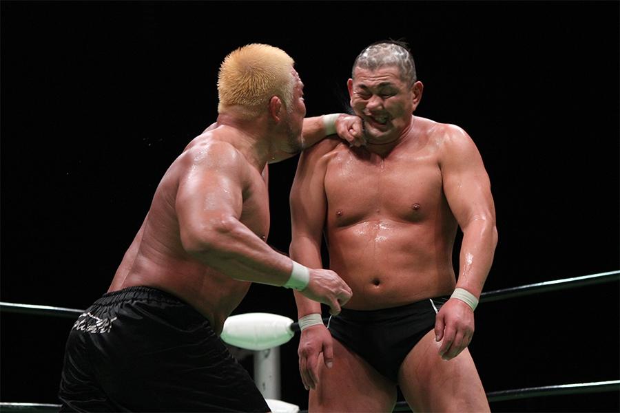壮絶な殴り合いとなった杉浦貴と鈴木みのるのGHC戦(写真は2011年5月)【写真:平工 幸雄】