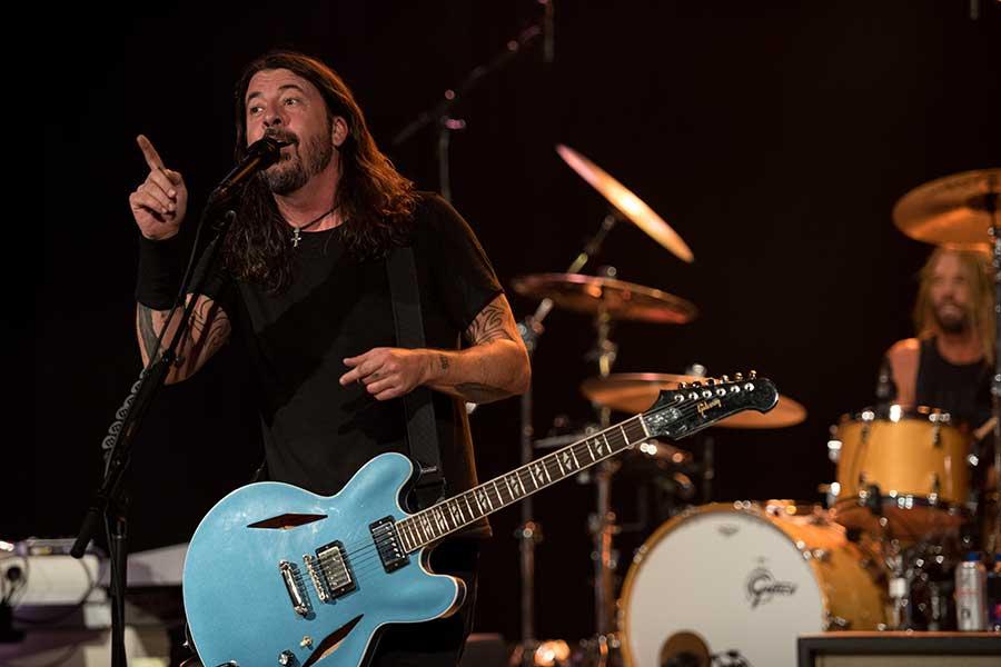 クールなギブソンのギターを抱えた「フー・ファイターズ」のデイヴ・グロール