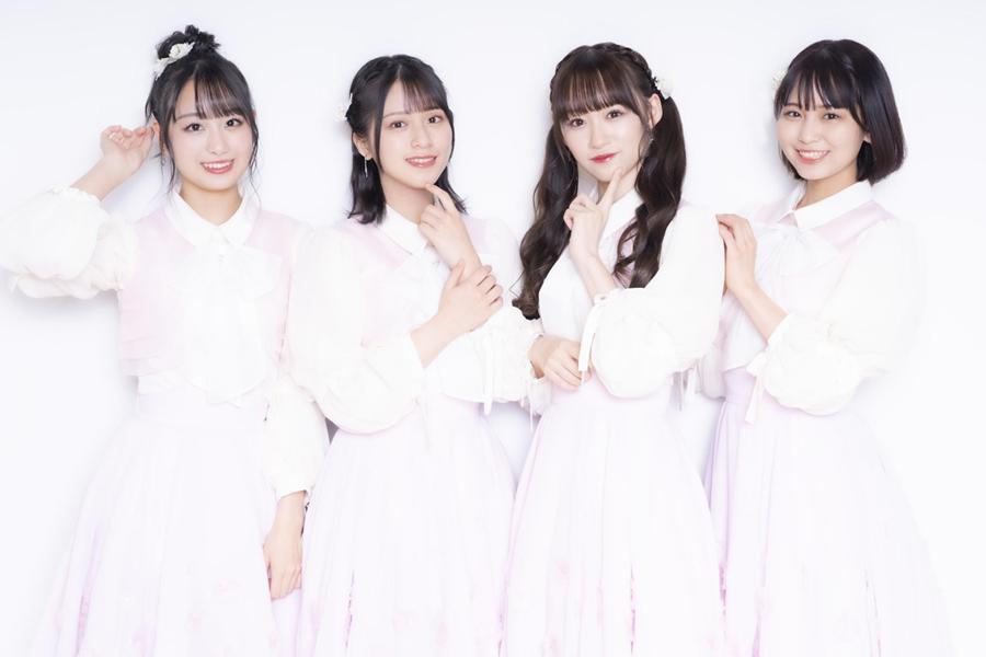 「=LOVE」の(左から)瀧脇笙古、佐々木舞香、音嶋莉沙、大場花菜【写真:山口比佐夫】