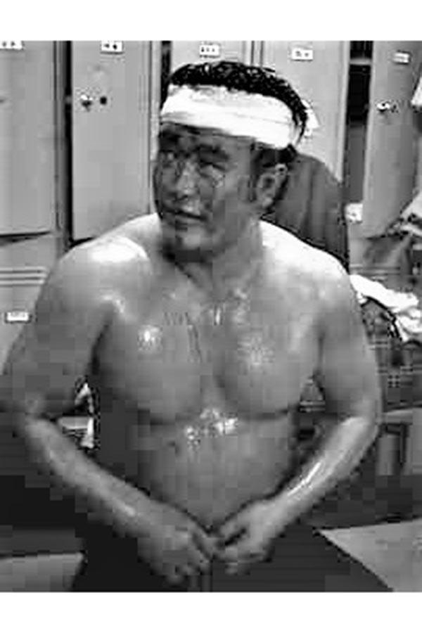 流血した額にタオルを巻くラッシャー木村さん【写真:柴田惣一】