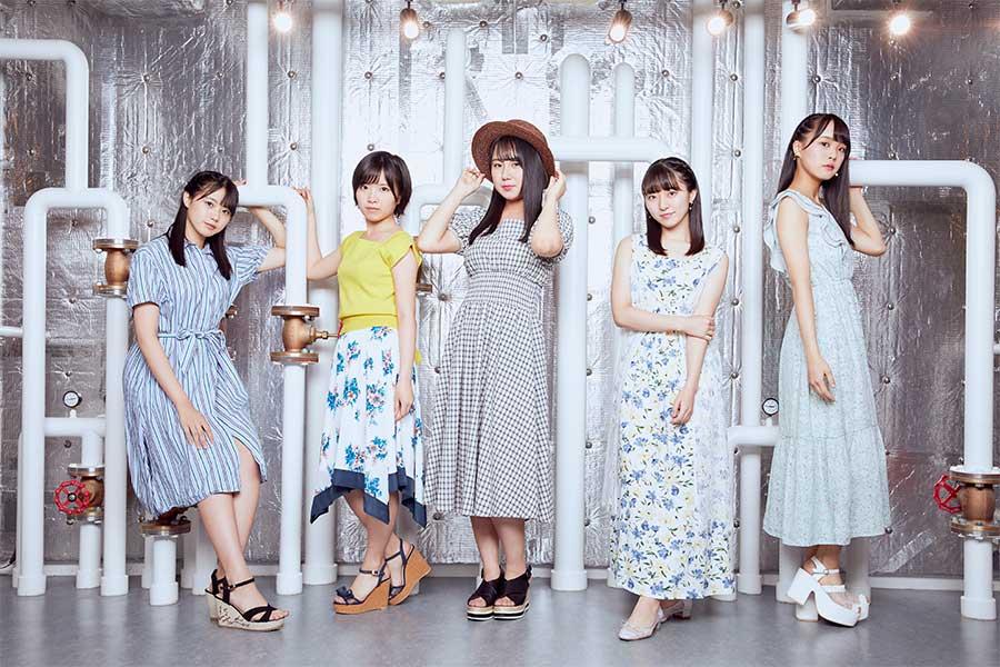 兵頭(中央)の熱意によって、ガールズバンド「青い向日葵」が誕生【写真:STU】