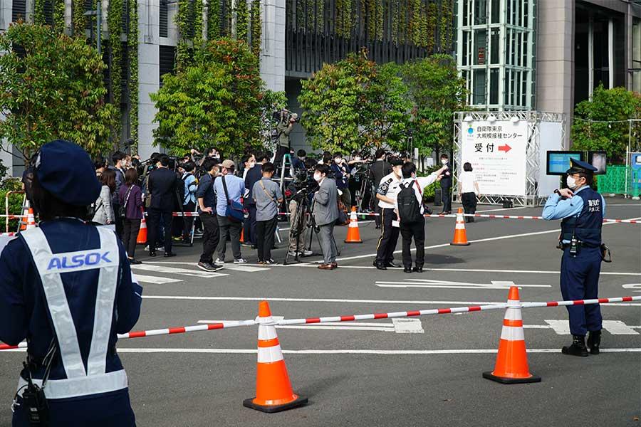 報道陣と警察官でごった返す会場【写真:ENCOUNT編集部】
