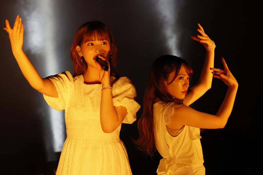 ラストライブでパフォーマンスする「乃木坂46」の伊藤純奈(左)と渡辺みり愛