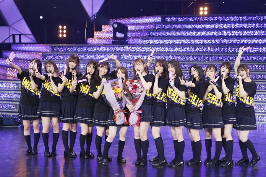 「乃木坂の詩」でライブを締めくくり、サプライズで花束が贈られた