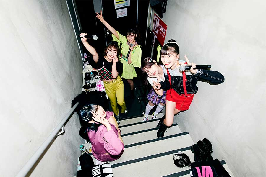 「DEAR KISS」伊山摩穂、齋藤里佳子、山田まひろ、ののこ、四島早紀(左から)