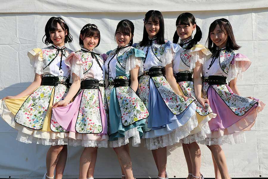 MC&スポーツユニット「MiKER!」の矢野帆夏(左から3番目)と薮下楓(右端)【写真:STU】