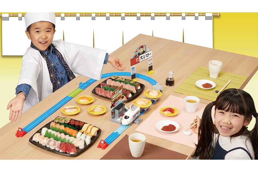 「極み!おとどけ!スシロー×プラレール」遊びのイメージ【写真:(C)TOMY「プラレール」は株式会社タカラトミーの登録商標です。(C)SUSHIRO】