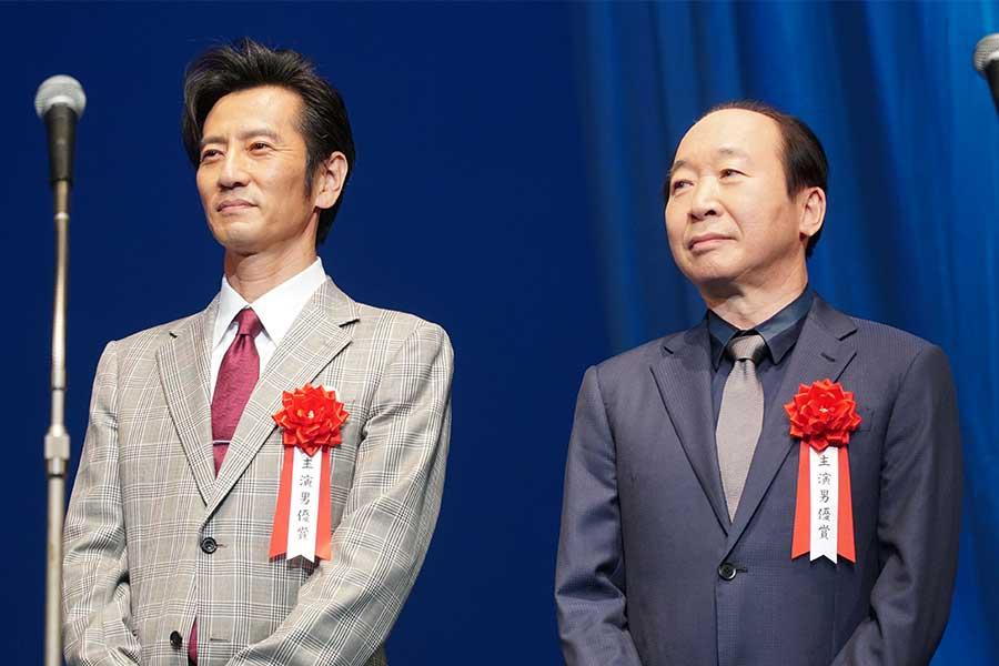 授賞式に出席した津田寛治(左)と中村梅雀【写真:ENCOUNT編集部】