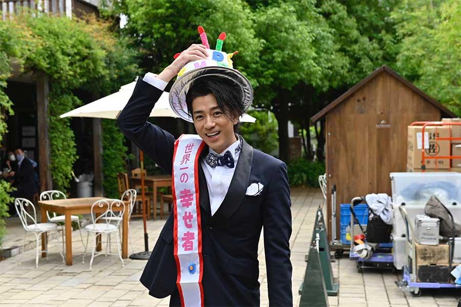 三浦翔平の33歳誕生日、松坂桃李や井浦新ら「あのキス」ファミリーがサプライズ祝福
