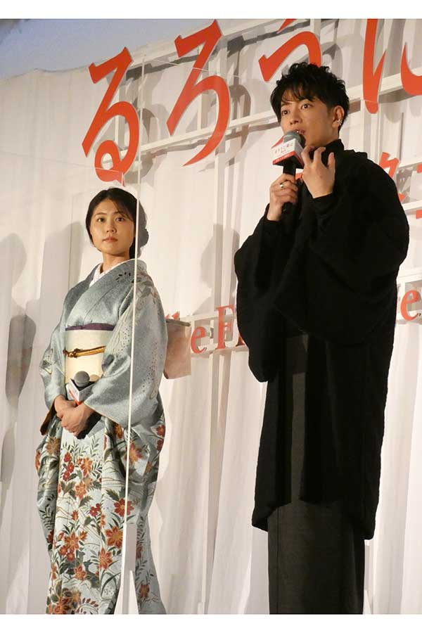 佐藤健(右)と着物姿の有村架純【写真:ENCOUNT編集部】