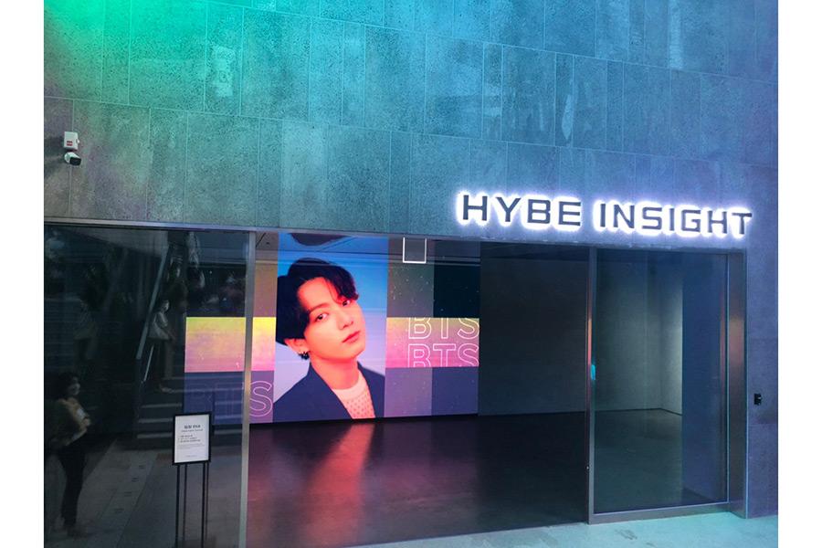 韓国・ソウル市内に新たに誕生したK-POPの聖地「HYBE INSIGHT」の入口