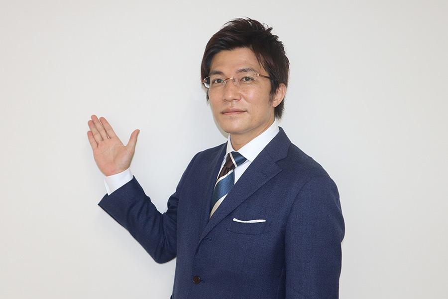 天気予報を伝えるポーズをしてくれた斉田季実治さん【写真:中野由喜】
