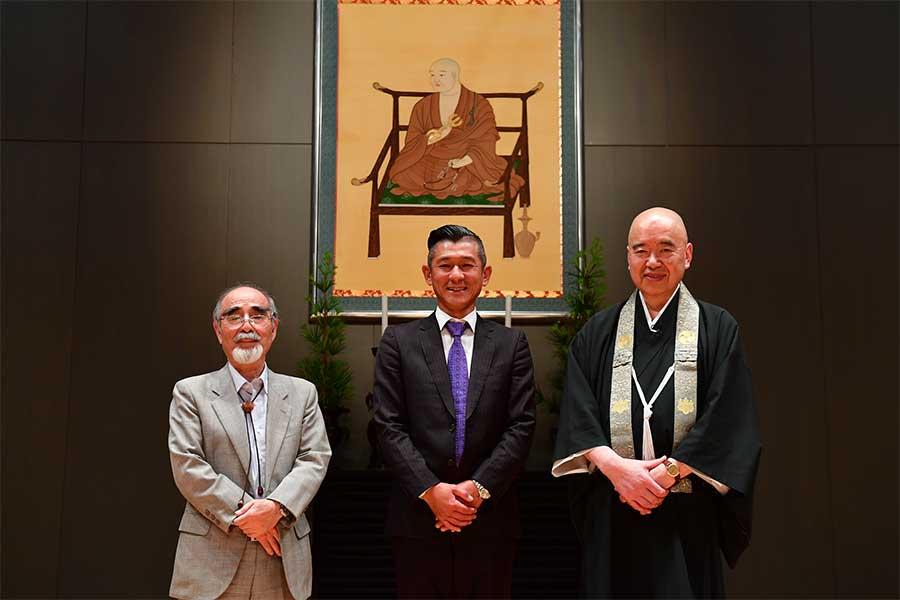 高野山大学・岡本正志副学長、笑い飯・哲夫、高野山大学・添田隆昭学長(左から)