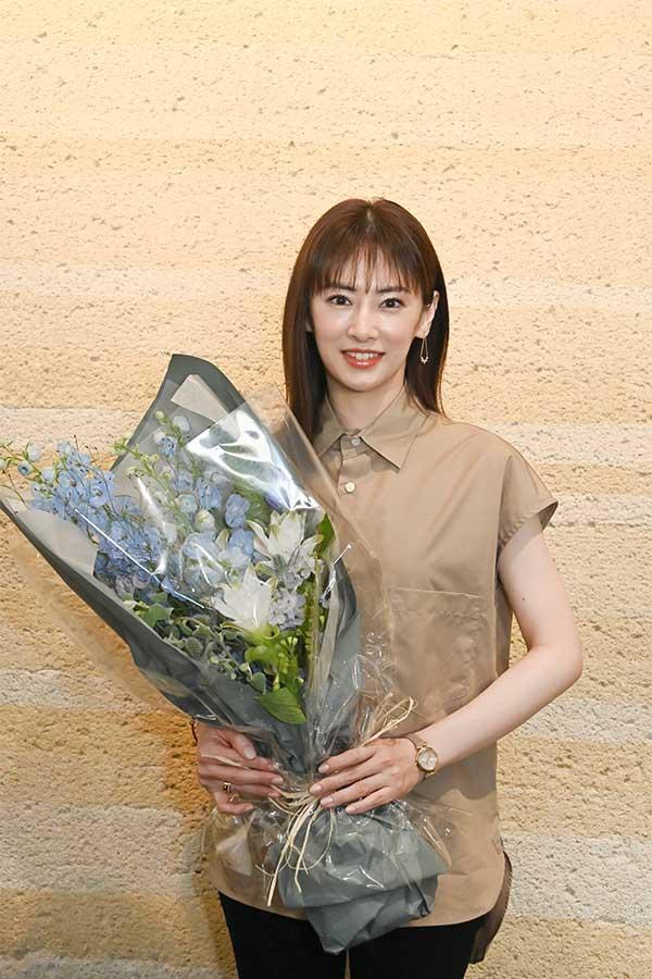 花束を贈られた主演の北川景子。4か月にわたる撮影を終え「達成感があります」【写真:(C)TBS】