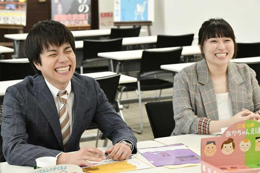 主人公・赤城俊平(重岡大毅=左)の職場の後輩役で出演する丸山礼【写真:(C)TBS】