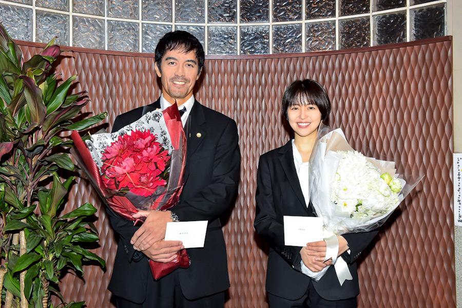 「ドラゴン桜」阿部寛&長澤まさみがクランクアップ 生徒役のサプライズに喜びの表情