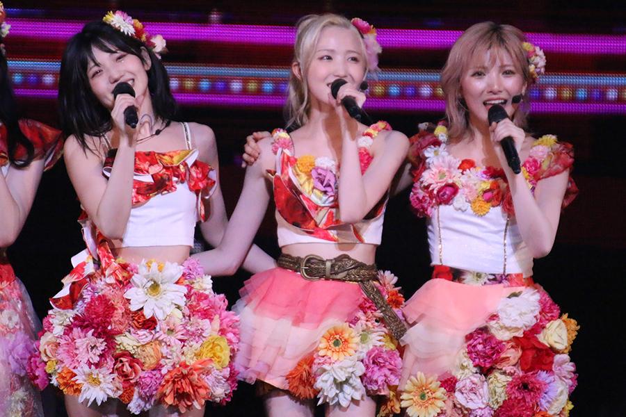 「AKB48」の(左から)村山彩希、本田仁美、岡田奈々【写真:ENCOUNT編集部】