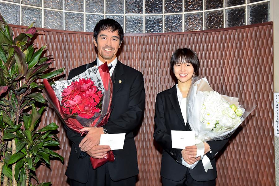 「ドラゴン桜」クランクアップを迎えた阿部寛と長澤まさみ【写真:(C)TBS】