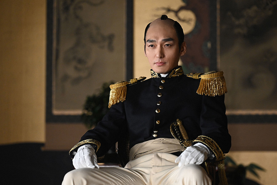 草なぎ剛がまるで皇帝ナポレオン 演じる15代将軍の慶喜が和装から洋装に衣替え