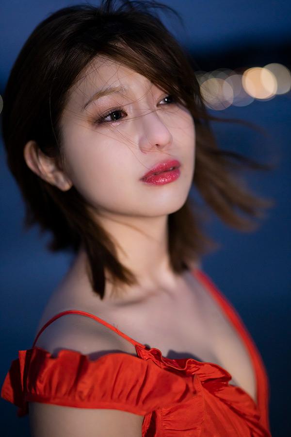 真っ赤なドレスを着て涙を流したショット【写真:(C)KADOKAWA (C)Showtitle PHOTO/TANAKA TOMOHISA】