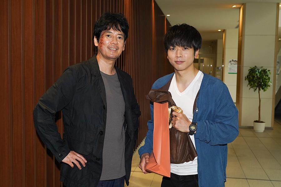 唐沢寿明(左)からプレゼントを贈られた増田貴久(右)【写真:(C)日本テレビ】