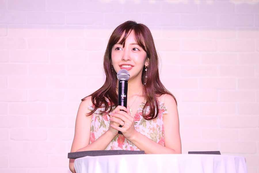 板野友美がスモールワールズTOKYOの1周年記念記者会見に登壇【写真:ENCOUNT編集部】