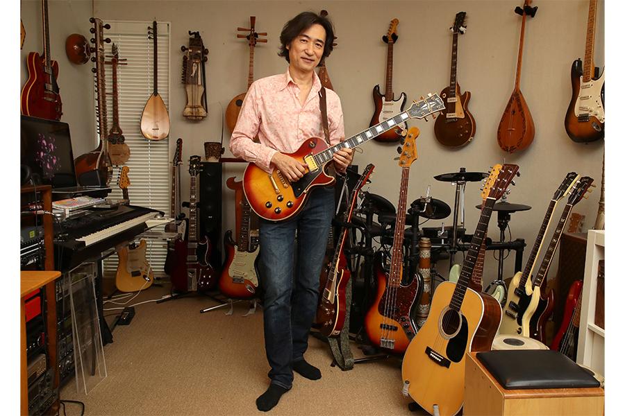古今東西の珍しいギターが飾られたスタジオで【写真:乃木裕】