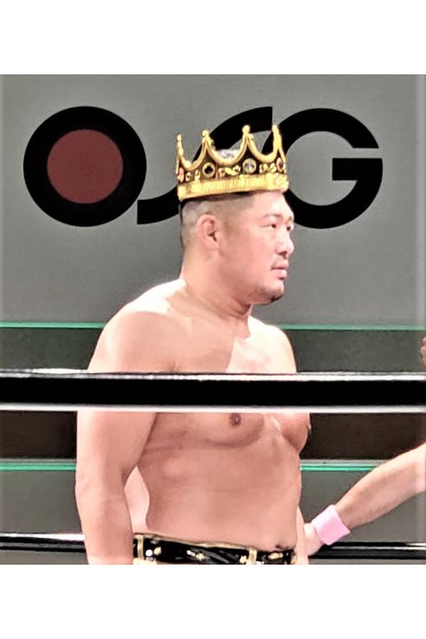 王冠をかぶったキング・タニー キャラ立ちがスゴイ【写真:柴田惣一】