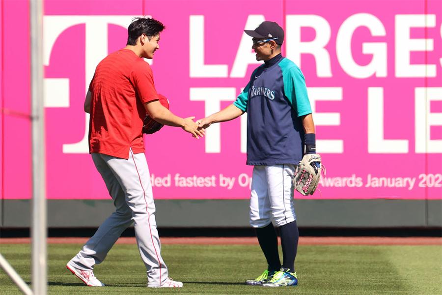 握手を交わすエンゼルス・大谷翔平(左)とイチロー氏【写真:Getty Images】