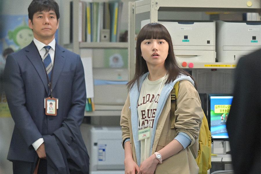 テレビ局内で仕事を手伝う永浦百音(清原果耶)【写真:(C)NHK】