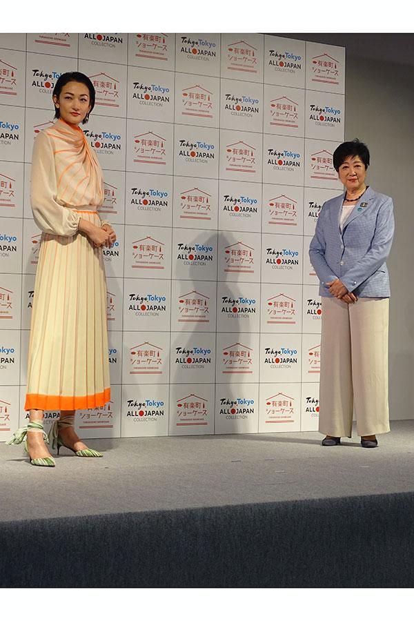 イベントに登場した(左から)冨永愛、小池都知事【写真:ENCOUNT編集部】