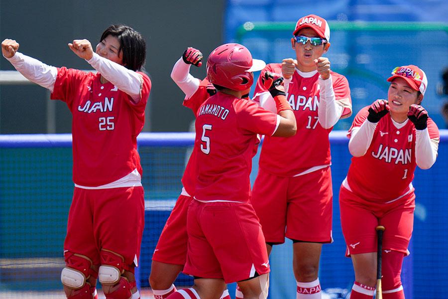 5回コールド勝ちを収めたソフトボール日本代表【写真:AP】