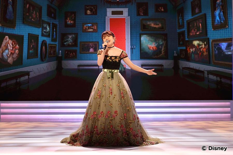 三森すずこ、プリンセスドレスまとって「アナ雪」名曲を歌唱 サラ・オレインとデュエット