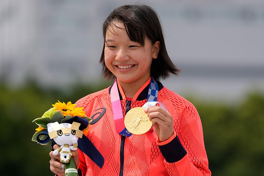 笑顔で金メダルを見せる東京五輪・スケートボード女子ストリートの西矢椛【写真:AP】