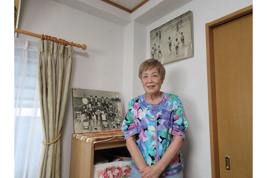 客間には64年東京五輪の時の写真や練習ボールを飾っている【写真:ENCOUNT編集部】