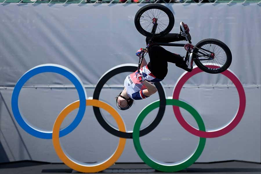 東京五輪・女子BMXフリースタイルで金メダルを獲得した英国代表シャーロット・ウォージントン【写真:AP】