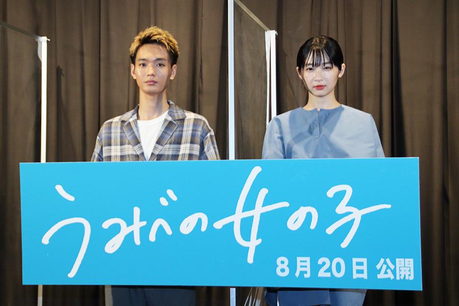 舞台あいさつに登壇した青木柚(左)と石川瑠華【写真:ENCOUNT編集部】