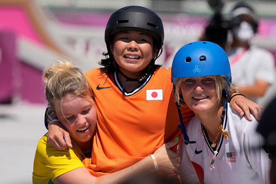 女子スケートボードパークで競技終了後に感動の光景【写真:AP】