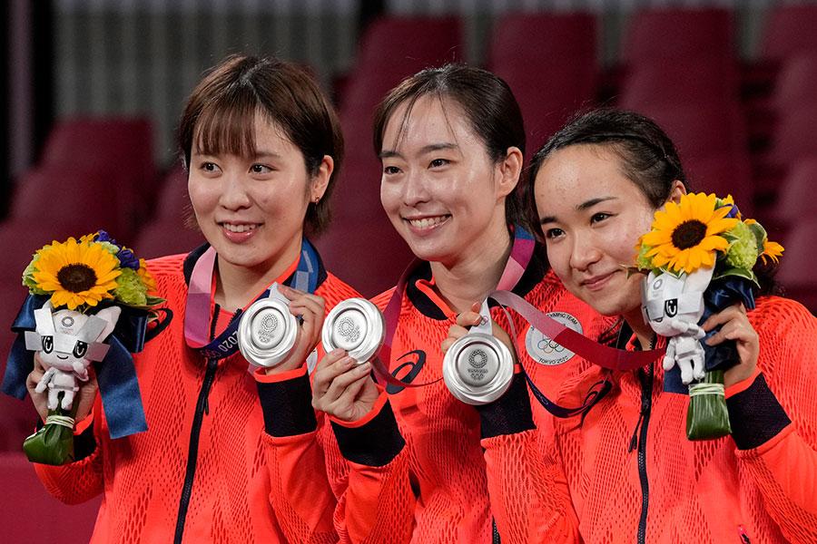 銀メダルを獲得した(左から)平野美宇、石川佳純、伊藤美誠【写真:AP】