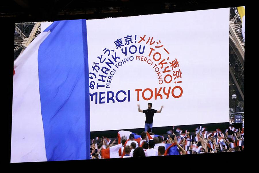 閉会式でメッセージがモニターに映し出された【写真:Getty Images】