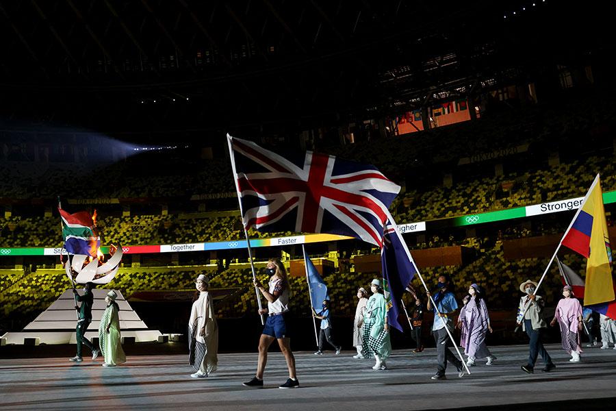 東京五輪・閉会式で旗手を務めたイギリスのローラ・ケニー【写真:AP】