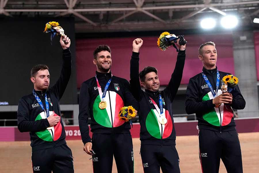 東京五輪・自転車競技男子パシュートで金メダルを獲得したイタリア代表メンバー【写真:AP】