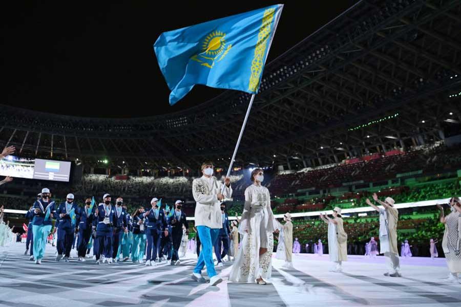 開会式で入場するカザフスタンの選手団【写真:Getty Images】